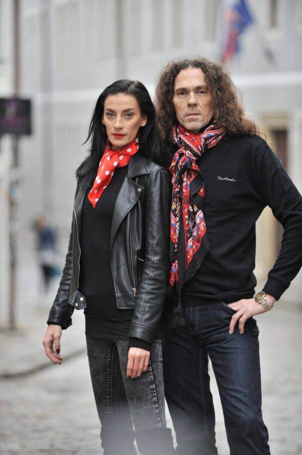 Fotoseriál - červená šatka s bielymi bodkami Polka Dot a červená šatka s farebným motívom Passion | Apropoyou.sk