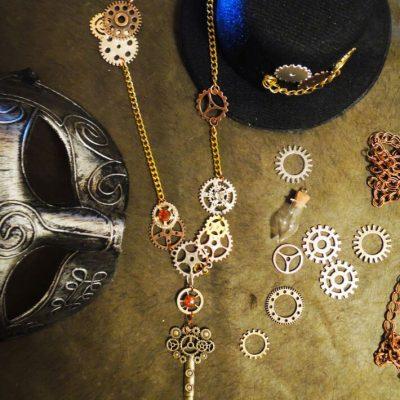 Steampunk náhrdelník s ozubenýmim kolieskami a kľúčom | Apropoyoou.sk