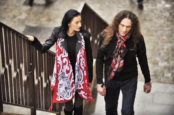 Šatka červená s bielym motívom leva Lev Salónov a červeno-čierna šatka Passion so vzorom | Apropoyou.sk