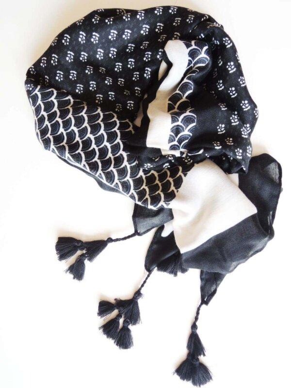 Šatka bielo-čierna o šupinovým vzorom Fish | Apropoyou.sk