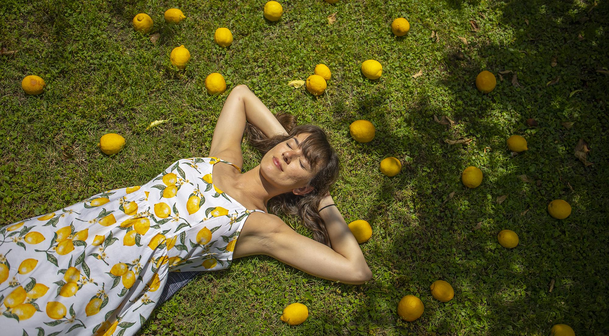 Slečna ležiaca medzi citrónami